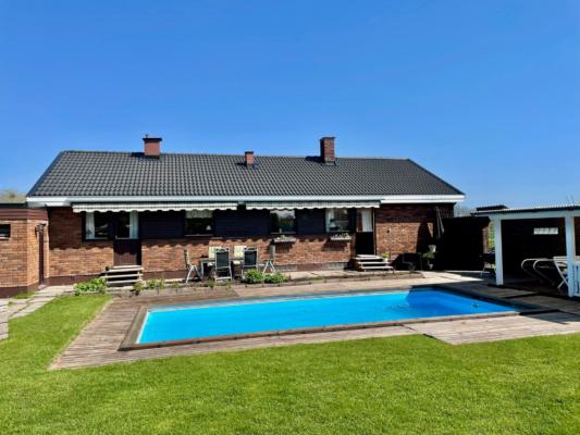 Frilligande hus med pool